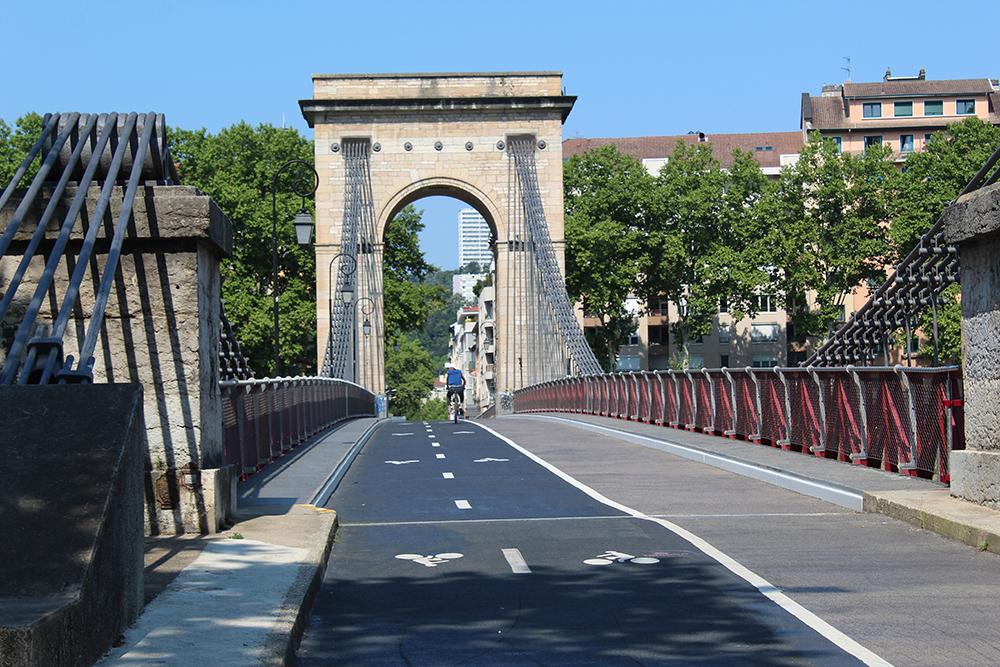 mit dem Fahrrad in Lyon, eine Brücke für Fahrrad und Fußgänger